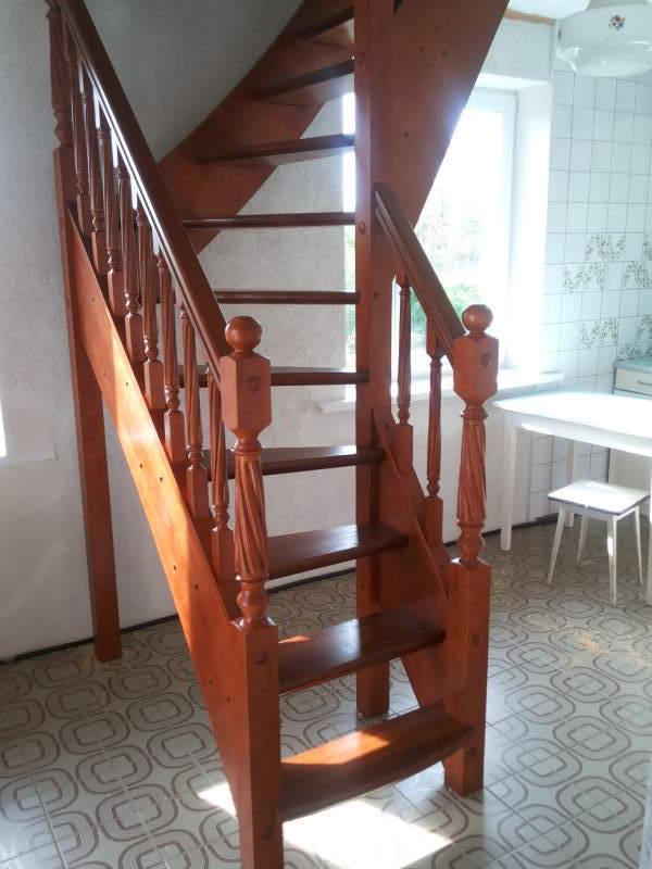 лестница с точеными балясинами и резными каннелюрами на столбах