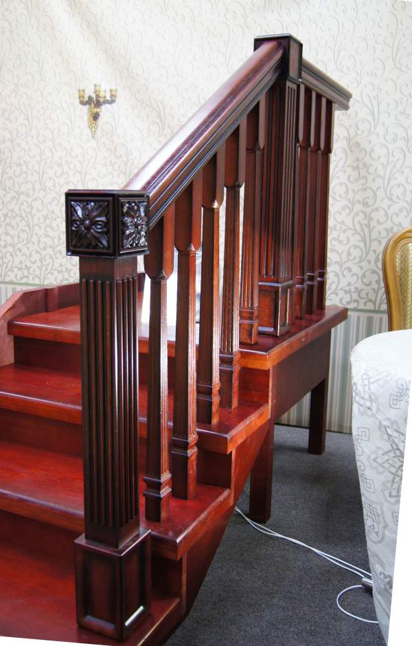 дубовая лестница с резьбой