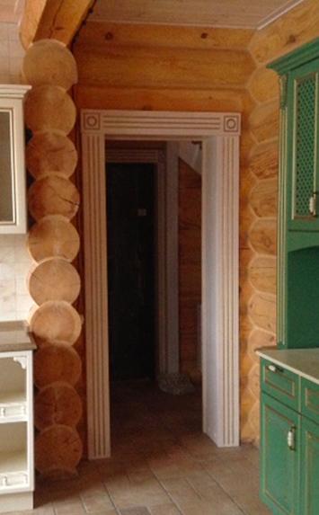 Ограждение арки в доме из дерева