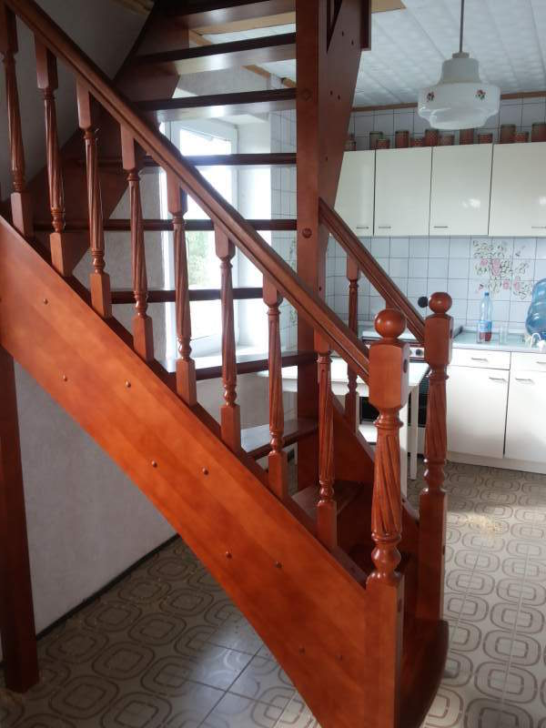 Г-образная лестница на дачу