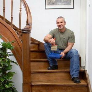 Отделка деревянной лестницы своими руками: доступные дачнику технологии
